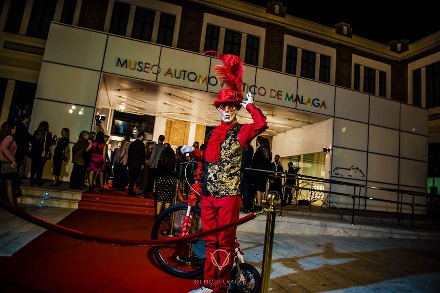 The Show Must Go On llena de color y cabaret el Museo Automovilístico y de la Moda